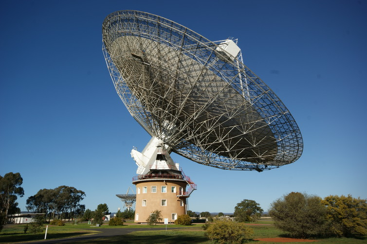 Searching for extraterrestrial messages with the Parkes Observatory. Ian Sutton/wikimedia, CC BY-SA
